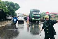 Mưa lũ chia cắt QL 1A, CSGT dầm mưa điều tiết giao thông