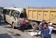 Tông đuôi xe tải, tài xế xe khách tử vong sau vô lăng