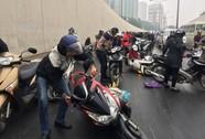Hàng loạt người đi xe máy qua hầm chui Kim Liên ngã dúi dụi