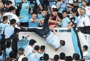 Argentina: CĐV bị ném chết từ độ cao 5 m