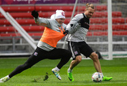Schweinsteiger tươi rói ngày ra mắt CLB mới