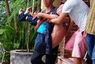 Nam thanh niên nghi ngáo đá quậy phá trụ sở công an phường