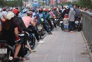 Bất chấp nguy hiểm, hàng trăm người dân đứng dưới lòng đường để ngắm diều