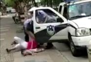 Trung Quốc: Cảnh sát quật ngã người phụ nữ đang bế trẻ