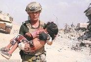 Cựu binh Mỹ liều mình cứu bé gái trong bom đạn