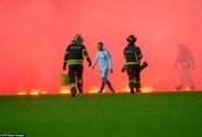 Trận Estonia - Bosnia chìm trong khói lửa