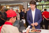 """Philippines: Thủ tướng Canada gây """"náo loạn"""" khi mua gà rán"""