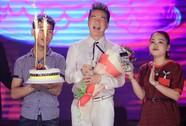 Đàm Vĩnh Hưng vỡ òa khi được fan tổ chức sinh nhật trên sân khấu