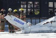 Máy bay tông nhau, rơi xuống trung tâm thương mại