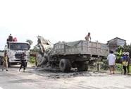 Xe hổ vồ đấu đầu xe tải, 2 tài xế chết thảm