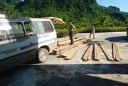 Bị phát hiện chở gỗ lậu, tài xế bỏ xe khách trốn chạy trong đêm