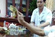 Clip giám đốc bệnh viện mặc blouse trắng đánh bài ăn tiền
