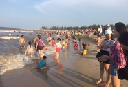Hơn 12.000 người đổ xô về biển ở Huế