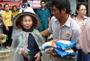 Tập đoàn Lộc Trời và Báo Người Lao Động đội mưa đến người dân vùng bão