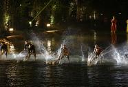 Choáng ngợp cảnh 150 nông dân biểu diễn trên sân khấu mặt nước 3.000 m2