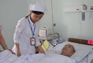 Đoàn từ thiện tặng bệnh nhân ung thư sữa hết hạn