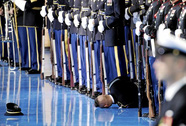 Lính Mỹ ngất xỉu trong lễ chia tay ông Obama