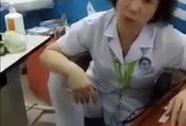 """Nữ bác sĩ gác chân lên ghế thừa nhận tư thế """"không đẹp mắt"""""""