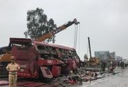 Lật xe khách, ít nhất 2 người chết, nhiều người bị thương