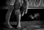 Hiếp dâm trẻ em bị phát hiện, chui gầm giường trốn