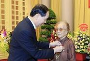 Trao tặng nguyên Phó Chủ tịch nước Nguyễn Thị Bình huy hiệu 70 năm tuổi Đảng
