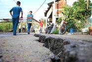 Lấp hố xoáy đe dọa kéo sập nhà dân ở Nhà Bè