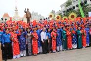 200 cô dâu, chú rể đạp xe diễu hành trong ngày Quốc Khánh