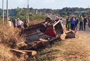 Tông xe máy, xe chở gỗ lật nhào, 2 người chết