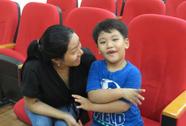 Giúp 2 bé khiếm thính nghe, nói lại bình thường