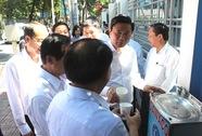 Bí thư Đinh La Thăng uống nước tại vòi công cộng