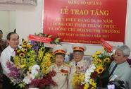Bí thư Nguyễn Thiện Nhân trao huy hiệu Đảng cho đảng viên