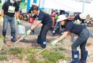 Nhân viên Quỹ CEP ra quân dọn dẹp rác thải, xà bần, kim tiêm