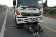 Bất cẩn khi qua đường, bị xe tải tông nguy kịch