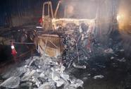 Tông dải phân cách, xe container bốc cháy dữ dội