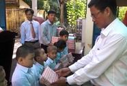 Trao 800 phần quà cho học sinh nghèo