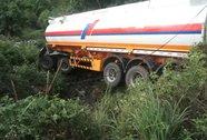 Lách xe máy, xe chở dầu gặp nạn