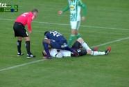 Xem tiền đạo cứu thủ môn đối phương thoát chết