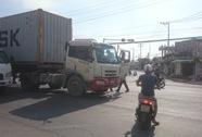 Dân đuổi bắt xe container cán người rồi bỏ chạy