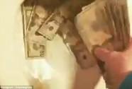 Trút cọc tiền vào bồn cầu để …khoe giàu