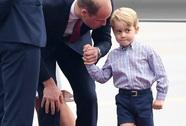 """Hoàng tử bé George """"líu ríu"""" tại sân bay Ba Lan siêu dễ thương"""
