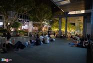 Apple Store 'bất lực' giải tán đám đông người Việt chờ mua iPhone X