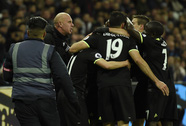 CĐV West Ham xuống sân phá màn ăn mừng của Chelsea