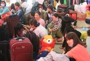 Hành khách vật vờ chờ lên tàu