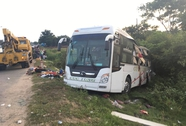 Xe container va chạm xe khách, gần 10 người thương vong