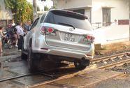Sụp bánh ngay đường ray, ô tô 7 chỗ buộc tàu hỏa thắng khẩn