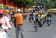 Mô tô mở đường mỏng - tay đua về đích với người dân
