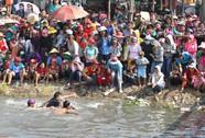 Hào hứng với trò bắt vịt vui nhộn tại Lễ hội Làm Chay