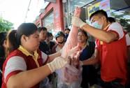 """Chen nhau mua thịt heo cực rẻ """"25.500 đồng/kg"""""""