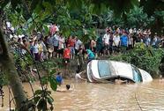 Gần 1.000 người tìm 2 sĩ quan biên phòng bị lũ cuốn mất tích