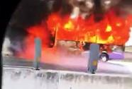 Ô tô khách bốc cháy trên cao tốc, gần 30 hành khách thoát nạn